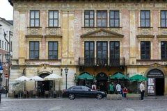 历史建筑和两家室外餐馆 库存照片