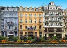 历史建筑和在温泉镇卡洛维的市中心变化(卡尔斯巴德) 免版税库存照片