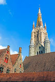 历史建筑和我们的夫人大教堂在背景中 布鲁日 库存图片