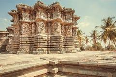 历史建筑学的例子在印度 有雕刻的12世纪寺庙在石墙上,印度 库存照片