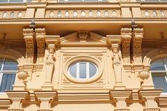 历史建筑的建筑学与Windows和曲拱的 免版税库存图片