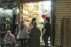 历史Moez街道的金商店在开罗 免版税库存图片
