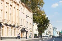 历史Pokrovka街道在莫斯科 免版税库存图片