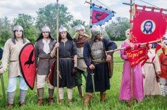 历史reenactors在衣服和与在等级的武器 图库摄影