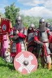 历史reenactors在衣服和与在等级的武器 库存图片