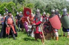 历史reenactors在衣服和与在等级的武器 免版税库存图片