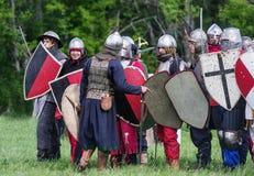 历史reenactors在衣服和与在等级的武器 库存照片