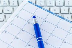 历日计划者天与蓝色笔的星期月 库存照片