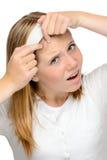 紧压丘疹皮肤问题斑点的少年女孩 免版税库存图片