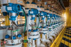 压力传送器安装在顺流阻气阀门在油和煤气平台 库存照片