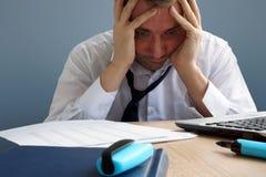 压力处理 劳累过度的和被用尽的人在办公室 免版税库存照片