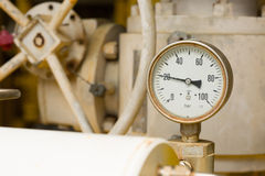 压力表在油和煤气显示器的生产过程中适应,措施的测量仪在产业工作 免版税库存照片
