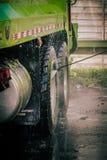 压力洗涤的卡车轮胎 库存图片
