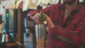 紧压柠檬汁的侍酒者 灿烂 艺术侍酒者 影视素材
