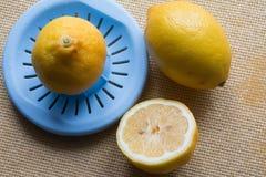 紧压柠檬汁 免版税库存照片