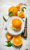 紧压汁液从新鲜的桔子 免版税库存图片