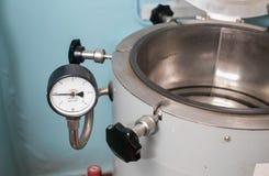 压热器在一个医学实验室 库存图片