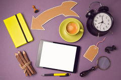 压片与咖啡杯和创造性的对象的假装模板 创造性的网站横幅设计 在视图之上 图库摄影