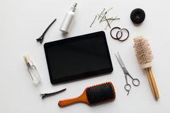 压片个人计算机、剪刀、刷子和其他头发工具 库存照片