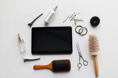 压片个人计算机、剪刀、刷子和其他头发工具 免版税库存照片