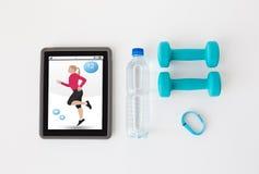 压片个人计算机、哑铃、健身跟踪仪和瓶 库存图片