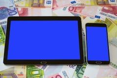 压片个人计算机和巧妙的电话有空白的触摸屏幕的 免版税库存图片