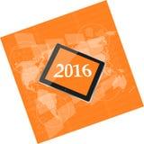 压片个人计算机或巧妙的电话在企业数字式触摸屏,世界地图,新年好上2016年 免版税库存照片