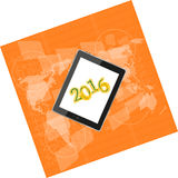 压片个人计算机或巧妙的电话在企业数字式触摸屏,世界地图,新年好2016年概念上 库存图片