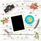 压片个人计算机照片照相机咖啡桃红色花春天舱内甲板位置 库存图片