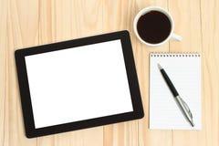 压片个人计算机,咖啡与办公用品的 免版税库存照片