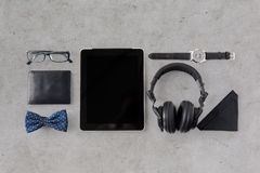压片个人计算机,有行家个人材料的耳机 免版税图库摄影