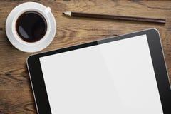 压片在桌书桌上的个人计算机有咖啡杯和铅笔的 免版税库存照片
