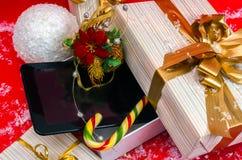 压片在箱子的个人计算机和糖果最佳的圣诞节礼物 库存图片