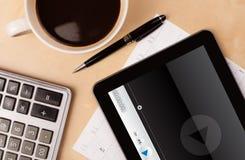 压片显示在屏幕上的个人计算机传媒播放装置有一杯咖啡的 免版税图库摄影