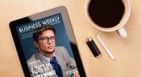 压片显示在屏幕上的个人计算机杂志有一杯咖啡的在d的 免版税库存图片