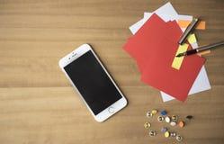 压片有五颜六色的便条纸和笔的设备 免版税图库摄影