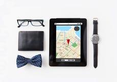 压片有导航员地图和个人材料的个人计算机 免版税库存照片