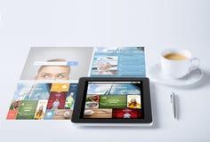 压片有新闻应用和咖啡杯的个人计算机 库存照片