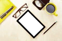 压片有空白的白色屏幕显示的个人计算机和镜片,杯子  免版税图库摄影