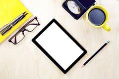 压片有空白的白色屏幕显示的个人计算机和镜片,杯子  免版税库存照片