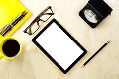 压片有空白的白色屏幕显示的个人计算机和镜片,杯子  免版税库存图片