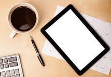 压片有空的空间的个人计算机和一杯咖啡在书桌上的 免版税库存图片