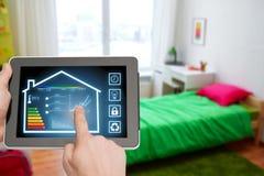 压片有聪明的家庭设置的个人计算机在屏幕上 库存图片