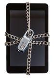 压片链和闭合束缚的个人计算机由锁 免版税库存图片