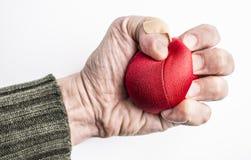 紧压球的被注重的人的手 库存照片