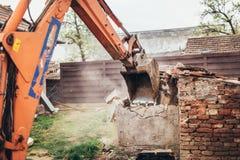 压碎器挖掘机运转在站点爆破的反向铲机械 库存图片