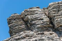 压缩的岩石分层堆积形成以各种各样的颜色和厚度,在中南部的海岸地中海islan 免版税库存照片