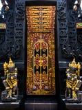 巴厘岛与监护人的寺庙入口 免版税库存图片