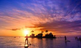 巴厘岛在日落的印度尼西亚,美丽的海海滩 库存照片