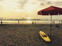 巴厘岛海滩的救生员在日落 免版税库存照片